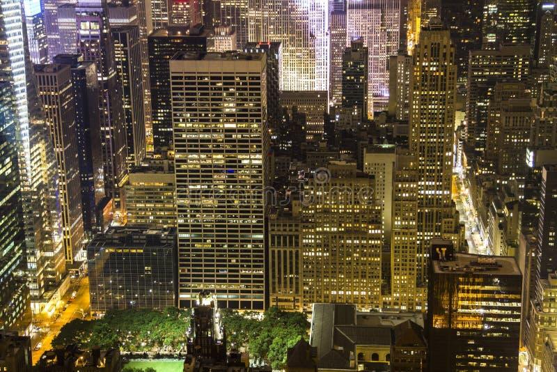 在摩天大楼的曼哈顿视图在从帝国大厦的晚上 免版税库存图片