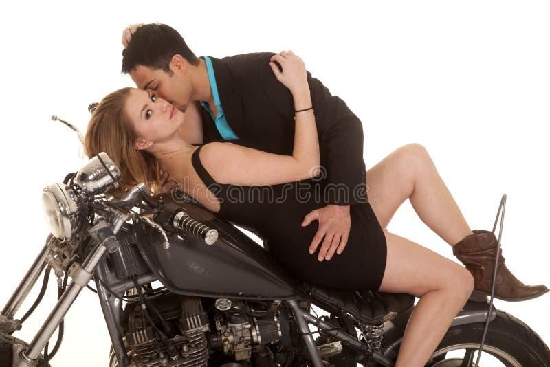 在摩托车亲吻脖子的夫妇位置 免版税库存图片