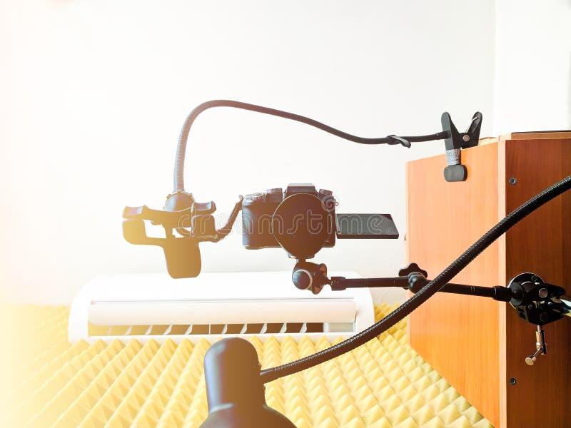 在摩擦胳膊的照相机 免版税库存照片
