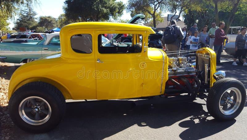 在摩根公平的希尔街的黄色葡萄酒汽车 免版税库存照片