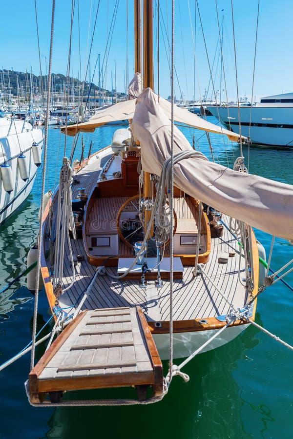 在摩纳哥的港的风船 库存图片