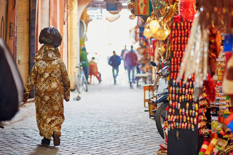 在摩洛哥市场上的妇女在马拉喀什,摩洛哥 库存照片