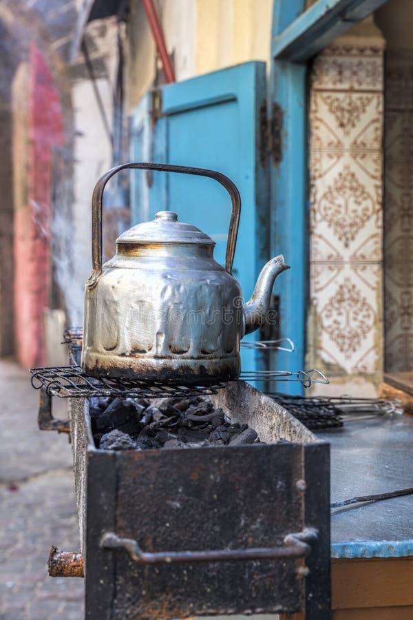 在摩洛哥胡同的唯一银色茶罐 免版税库存照片