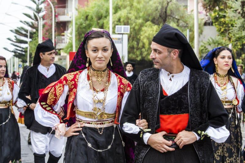 在撒丁岛服装的夫妇 免版税库存图片