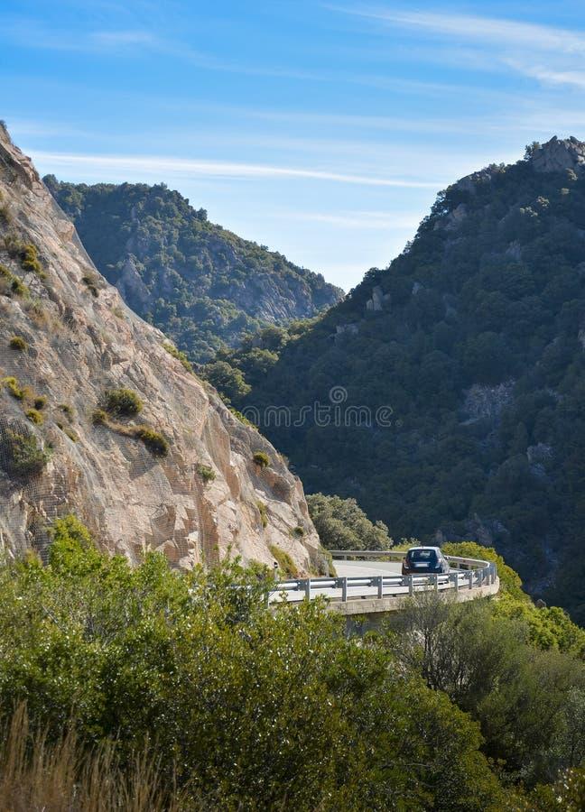 在撒丁岛的海岛上的山路 库存图片