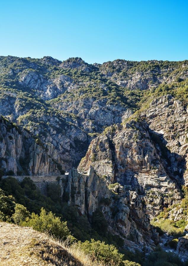 在撒丁岛的海岛上的山路 库存照片