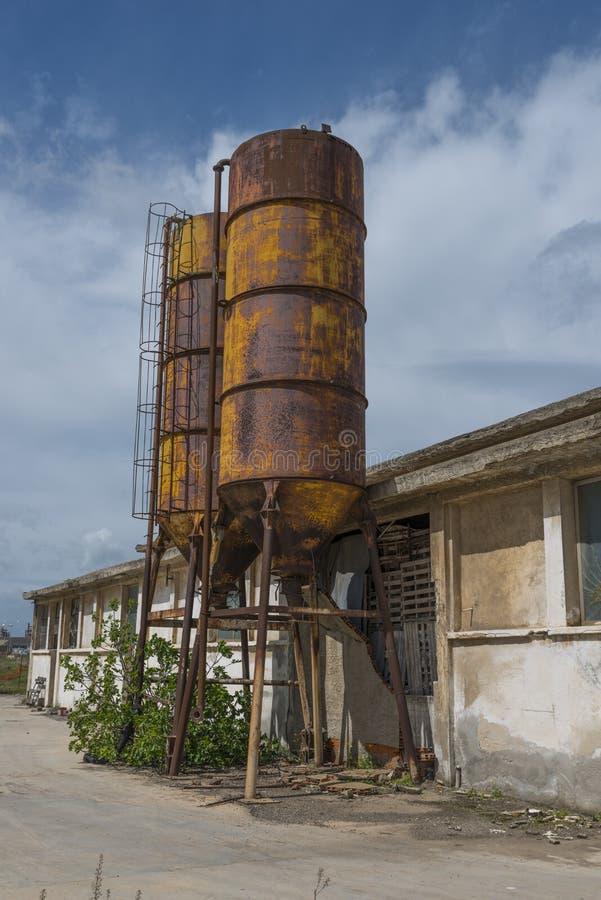在撒丁岛的老被放弃的生锈的桶 免版税库存照片