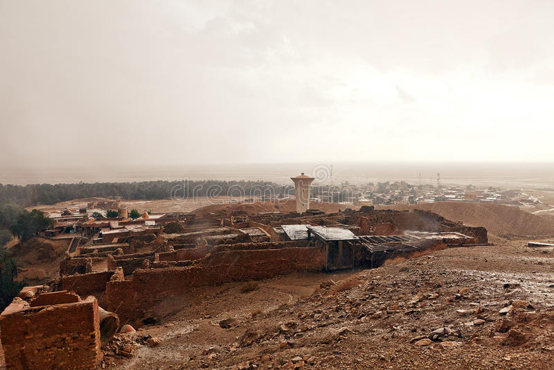 在撒哈拉大沙漠绿洲Shebek突尼斯的雨 免版税库存照片