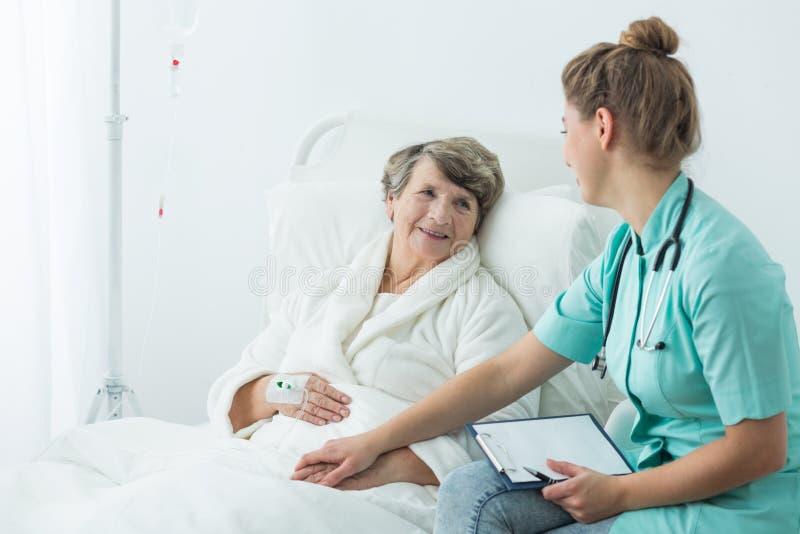 在操作前的医生支持的患者 库存图片