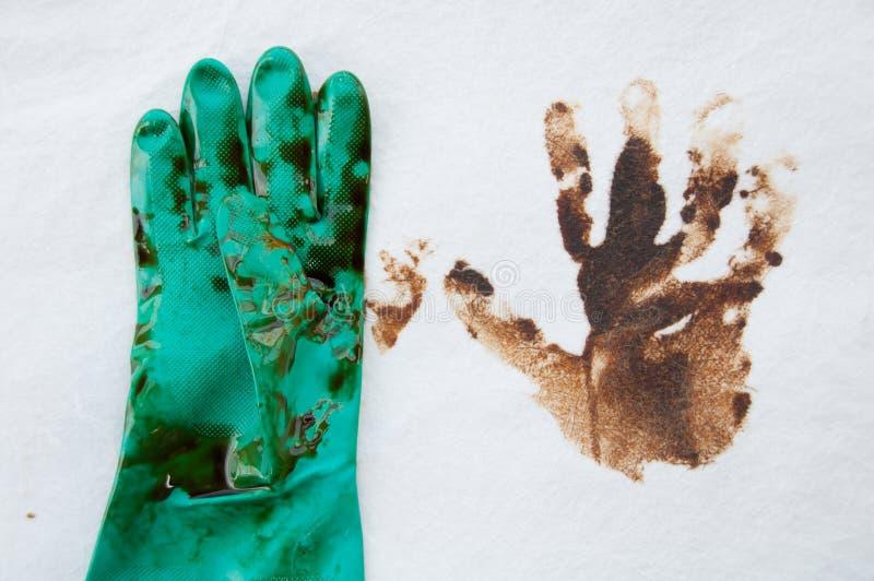在操作范围的漏油清洁 自然的危险 免版税库存图片