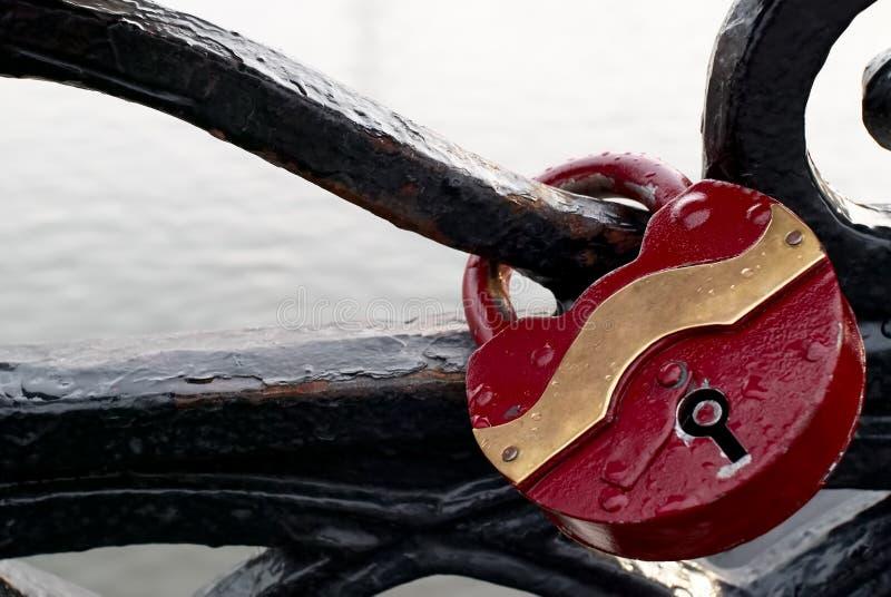 在操刀在桥梁的金属的婚礼锁 库存图片