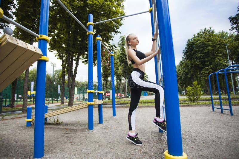 在操场的锻炼期间炫耀女孩 库存图片