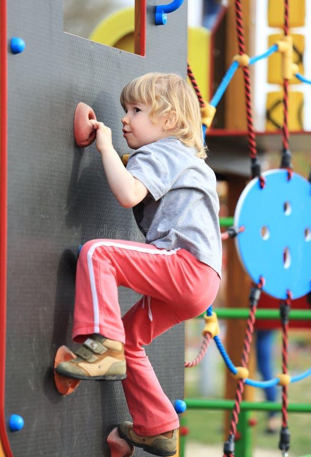 在攀登墙壁上的孩子 库存图片