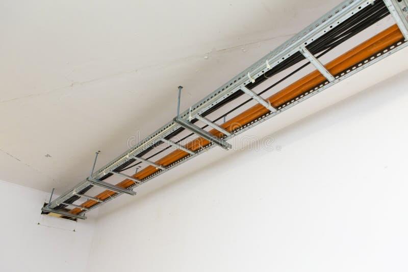 在支持的高压电缆附有天花板 免版税库存照片