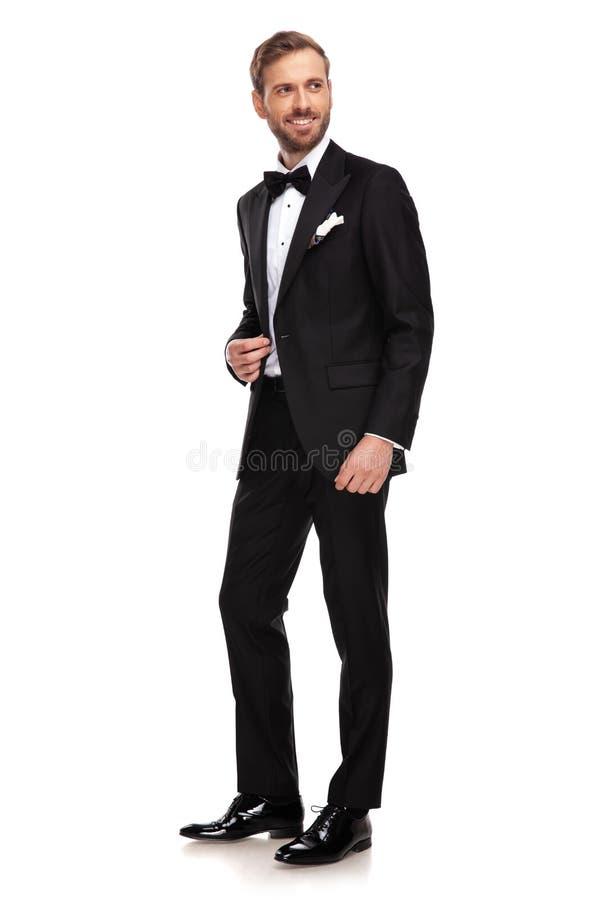 在支持的黑衣服神色的英俊的商人,当站立时 免版税图库摄影
