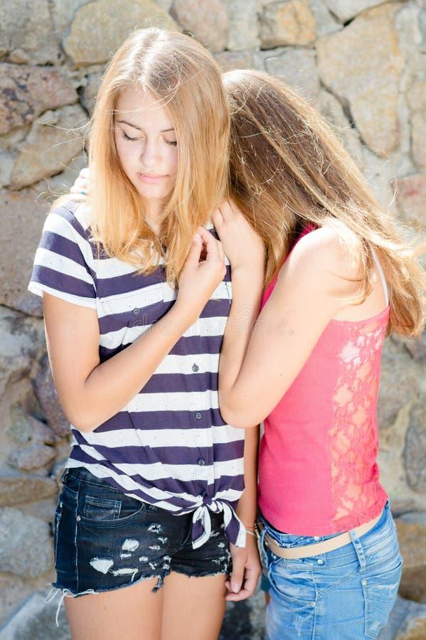 在支持的年轻美好的女孩拥抱 免版税库存照片