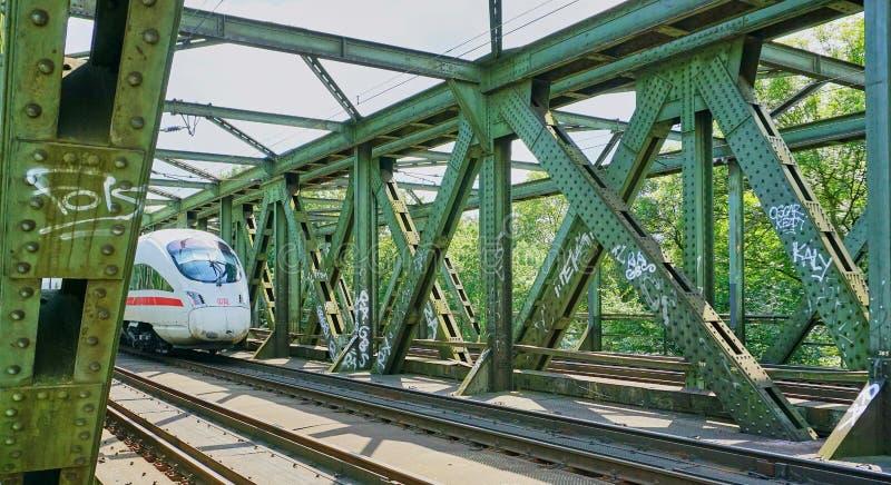 在支架的高速城市间的火车 库存图片