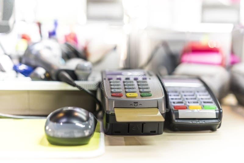 在收银处上的信用卡读者 库存照片