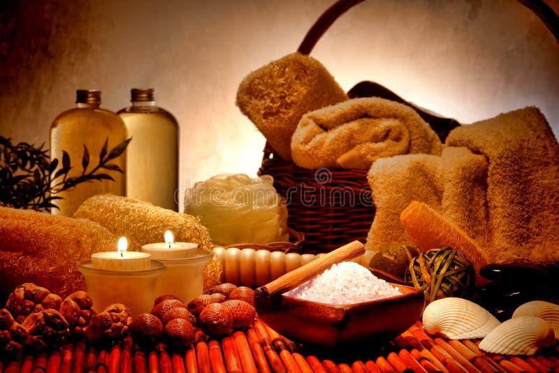 在放松温泉的自然Aromatherapy腌制槽用食盐 免版税库存照片
