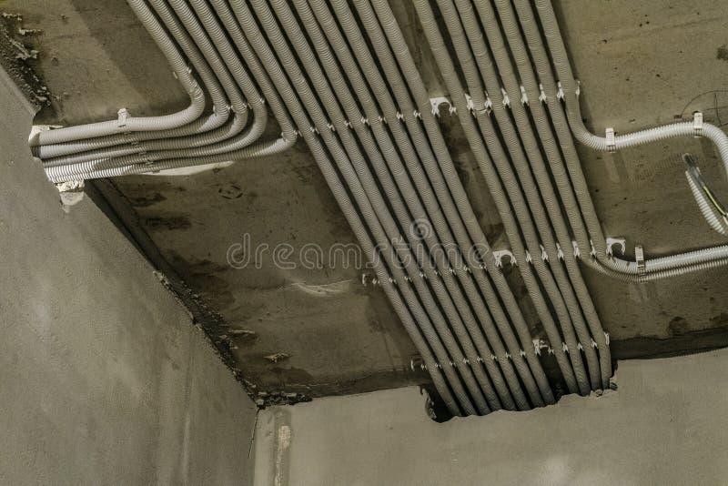 在放置的电缆行在天花板成波状 免版税库存照片