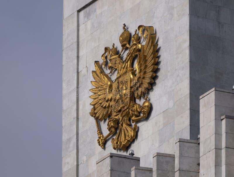 在政府大楼顶上的俄罗斯联邦国徽 库存图片