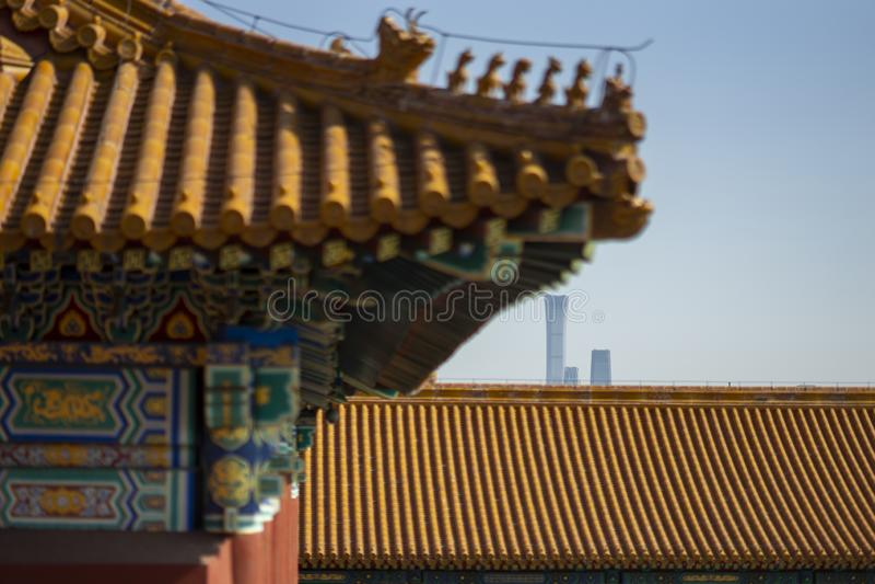 在故宫和现代大厦之间的比较 库存图片