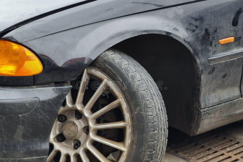 在故障以后的特写镜头老生锈的汽车 Wrecked vehicled与断叉骨禽胳膊和下落的出口轮子 免版税图库摄影