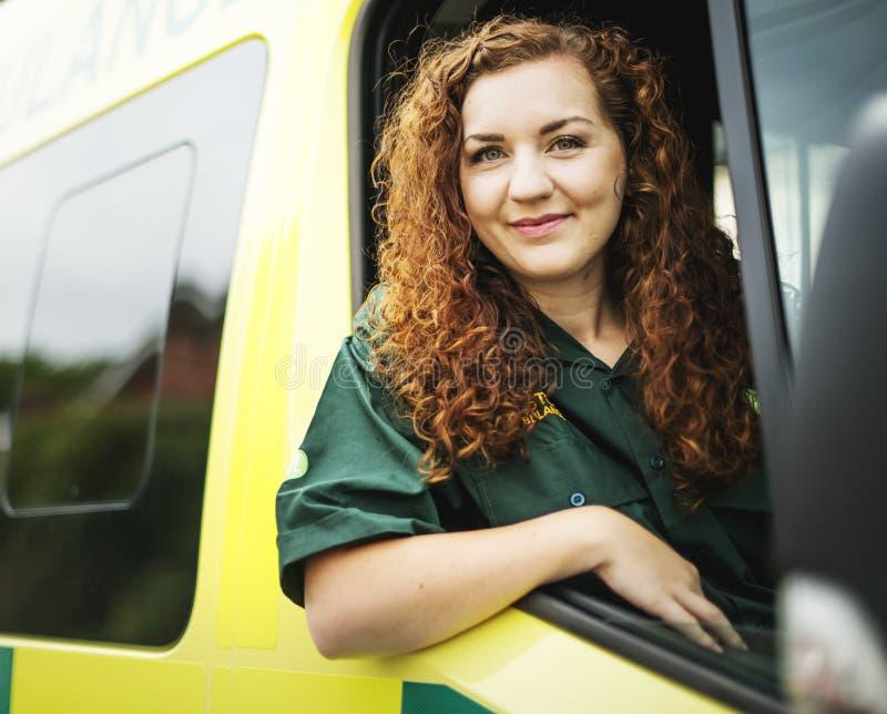 在救护车里面的妇女司机 免版税库存图片
