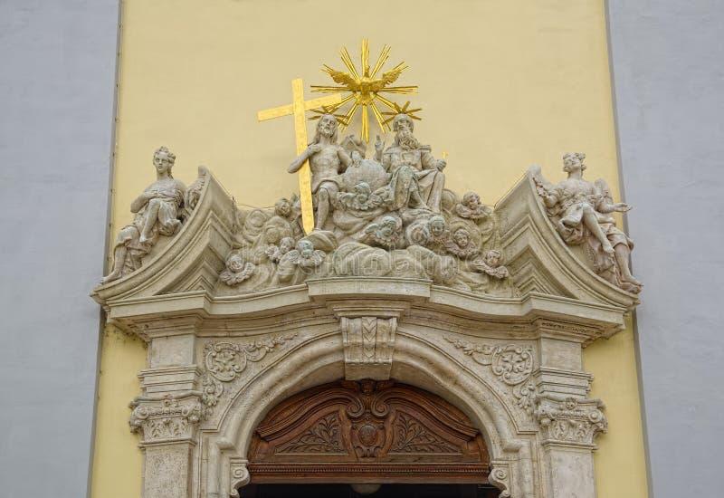在教会上入口的雕刻的装饰  免版税图库摄影