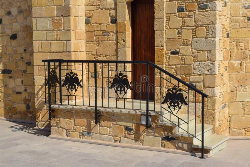 在教会两头老鹰的细长立柱的装饰由铁制成 图库摄影
