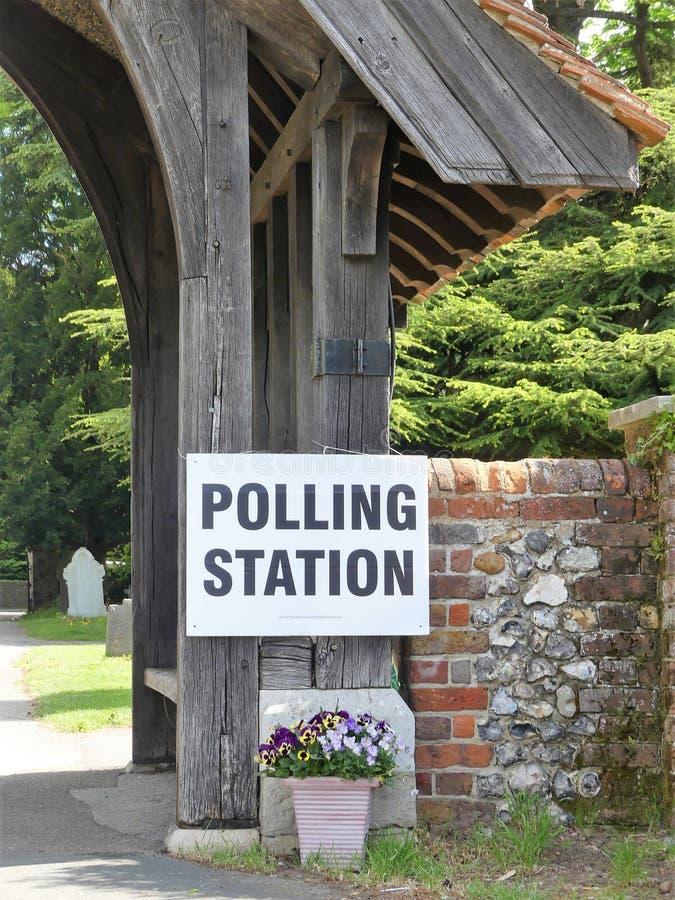 在教会前提的英国投票站标志 免版税库存照片