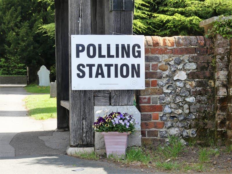 在教会前提的英国投票站标志 库存照片