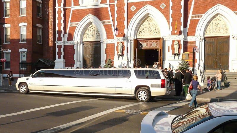 在教会前的白色大型高级轿车 库存照片
