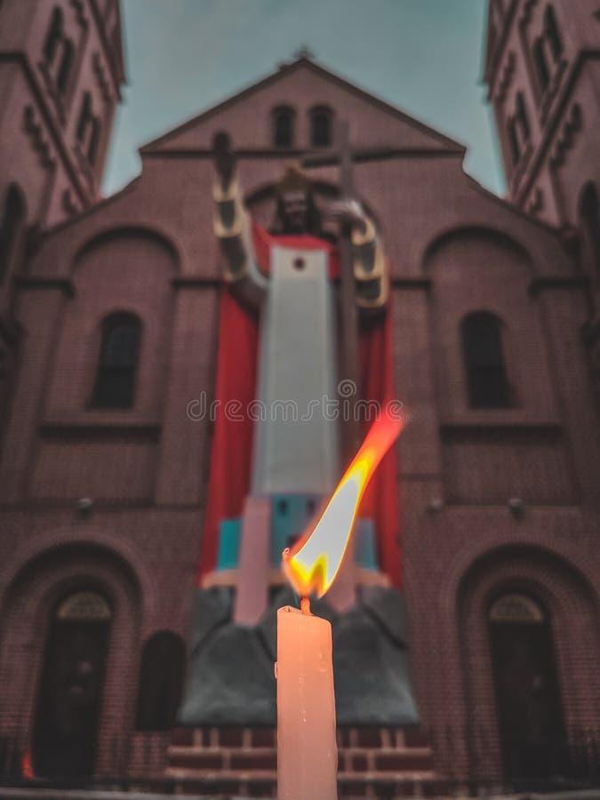 在教会前面的发光的蜡烛 免版税库存照片