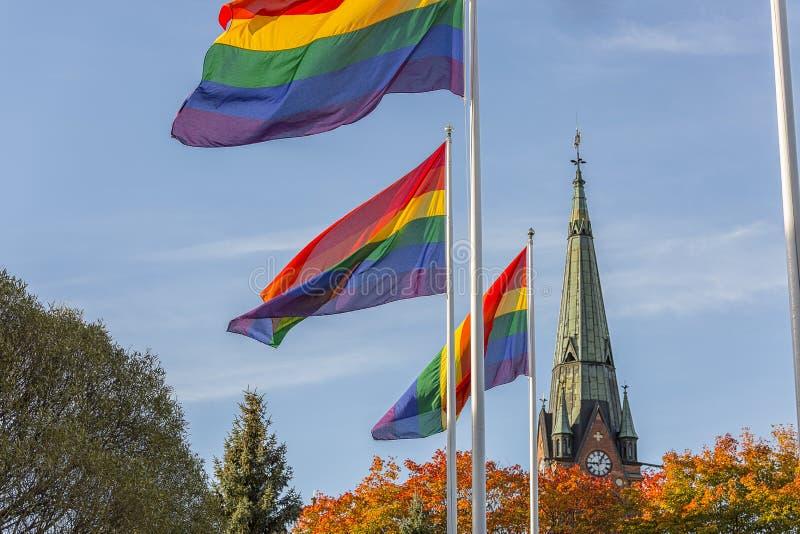 在教会前面的彩虹旗子 免版税图库摄影