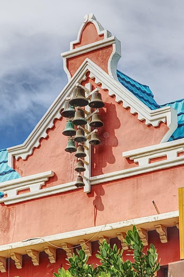 在教会前面的老响铃  免版税库存图片