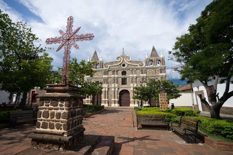 在教会前面的铁十字架 免版税库存图片