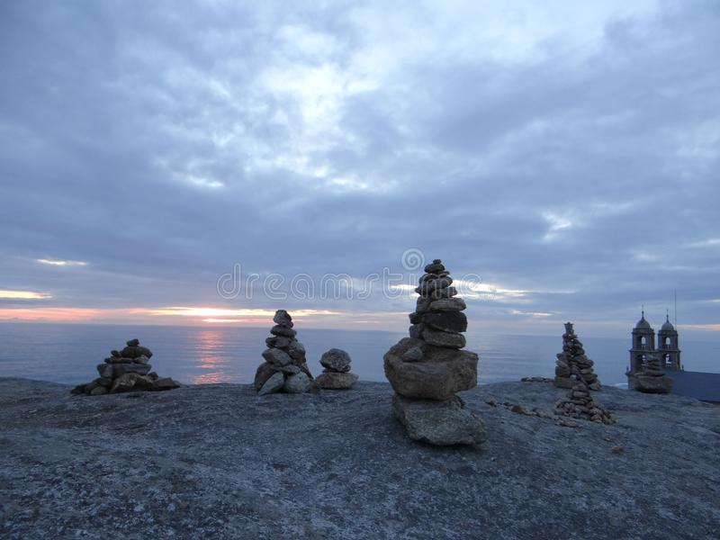 在教会和日落附近晃动在西班牙海岸的塔 免版税库存照片