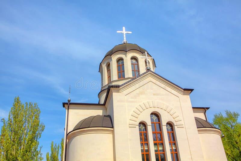 在教会圆顶的银色十字架 免版税库存图片