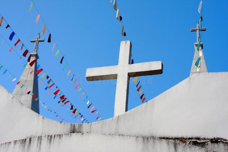 在教会屋顶的三个十字架 库存照片