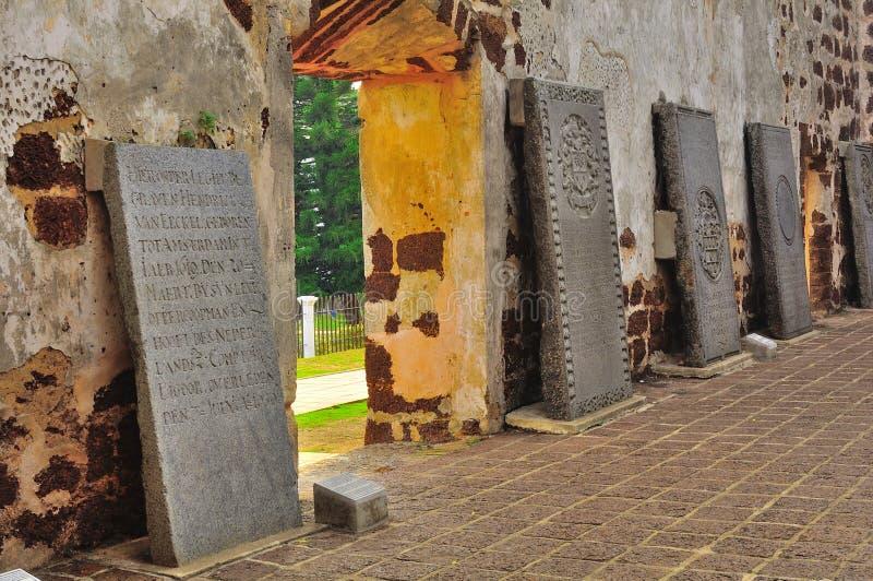 在教会废墟的古老墓碑 免版税库存照片