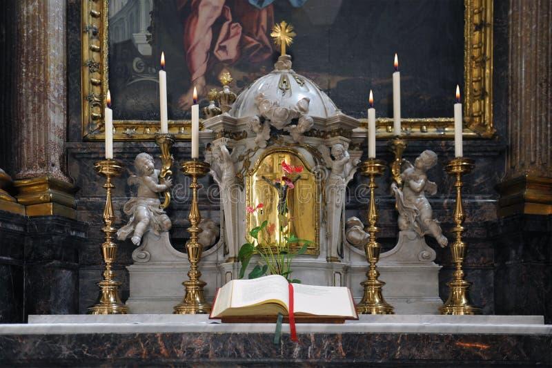在教会法坛的神圣的书 库存图片