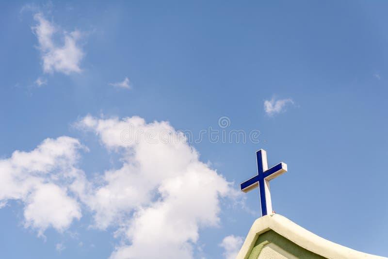 在教会的前面的十字架 免版税图库摄影