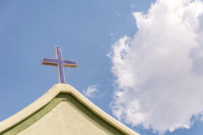 在教会的前面的十字架 图库摄影