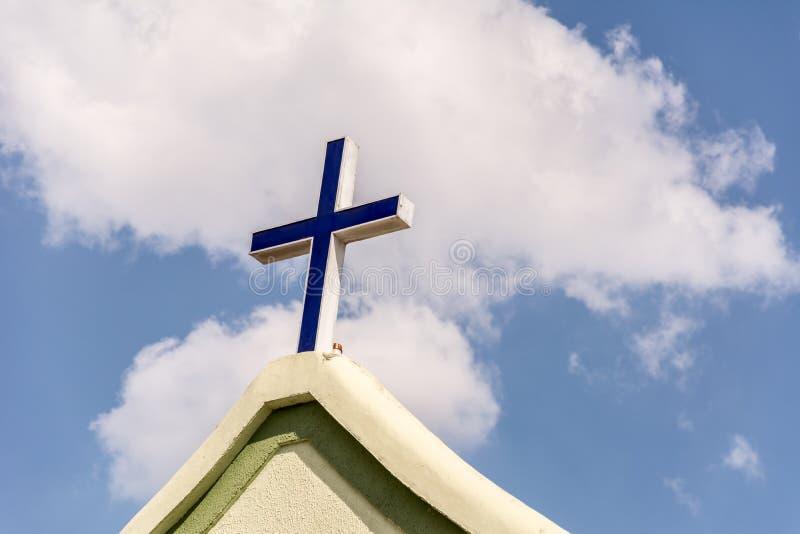 在教会的前面的十字架 库存照片