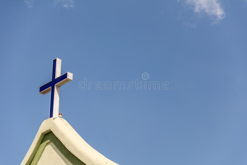 在教会的前面的十字架 免版税库存照片