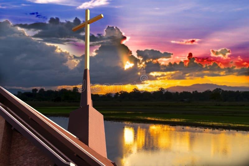 在教会的十字架有模糊的日落的 库存图片