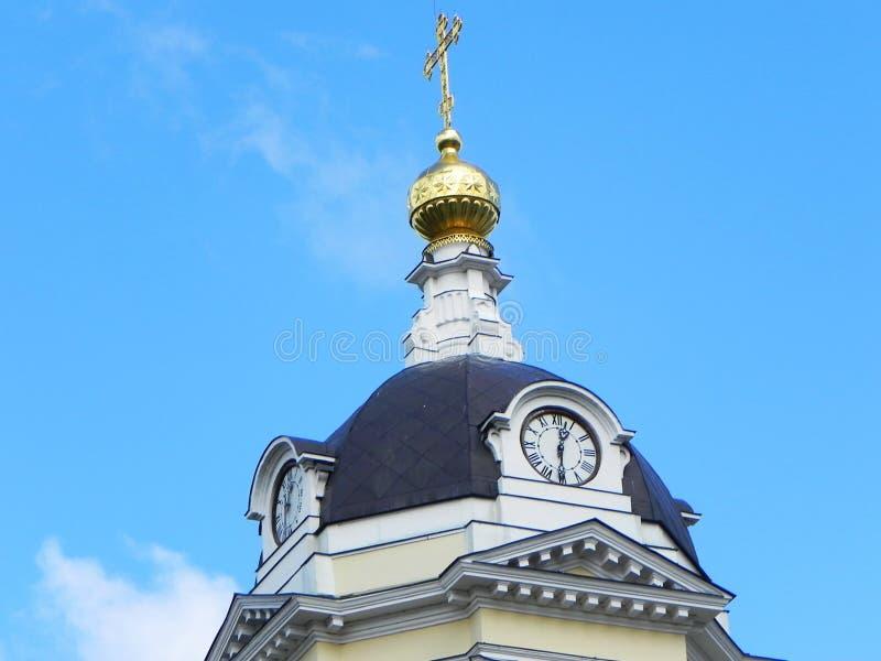 在教会的蓝色和金圆顶 在俄国教会的美丽的圆顶 r 免版税库存照片