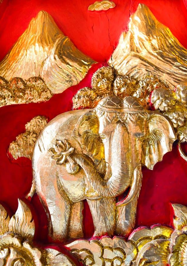在教会的门的惊人的木被雕刻的大象 免版税库存图片
