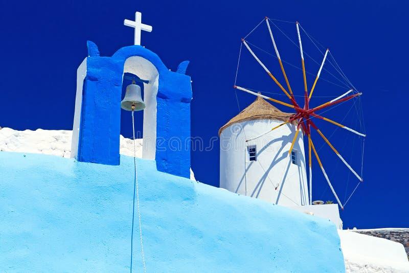 在教会的风车Santorini海岛的 免版税库存照片
